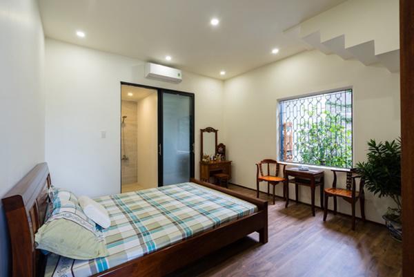 Phòng ngủ chan hòa ánh sáng tự nhiên nhờ khung cửa sổ rộng.