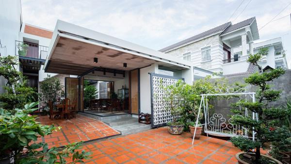 Các kiến trúc sư quyết định xây mới căn nhà nhưng vẫn lồng ghép nét truyền thống vào kiến trúc hiện đại để nó trở nên gần gũi hơn, thân thuộc hơn với gia chủ lớn tuổi.