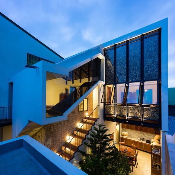 """Kiến trúc """"nửa mái"""" được áp dụng với khối nhà xây mới phía sau."""