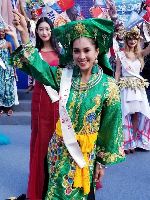 Tiểu Vy rạng rỡ trong một hoạt động diễu hành tại đảo Hải Nam, Trung Quốc - nơi tổ chức cuộc thi. Cô đã hoàn thành phần thi Dance of the world, thi tài năng với tiết mục Lạc trôi , bốc thăm nhóm Thuyết trình đối đầu... Đêm chung kết Miss World 2018 diễn ra vào tối 8/12. Đương kim Hoa hậu Thế giới là Manushi Chhillar đến từ Ấn Độ.