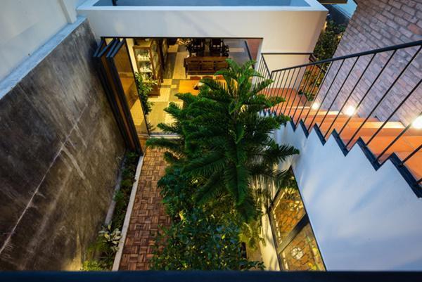 Mặc dù giữ lại nhưng phần hiên nhà vẫn được xử lý để không ảnh hưởng tới kiến trúc tổng thể.