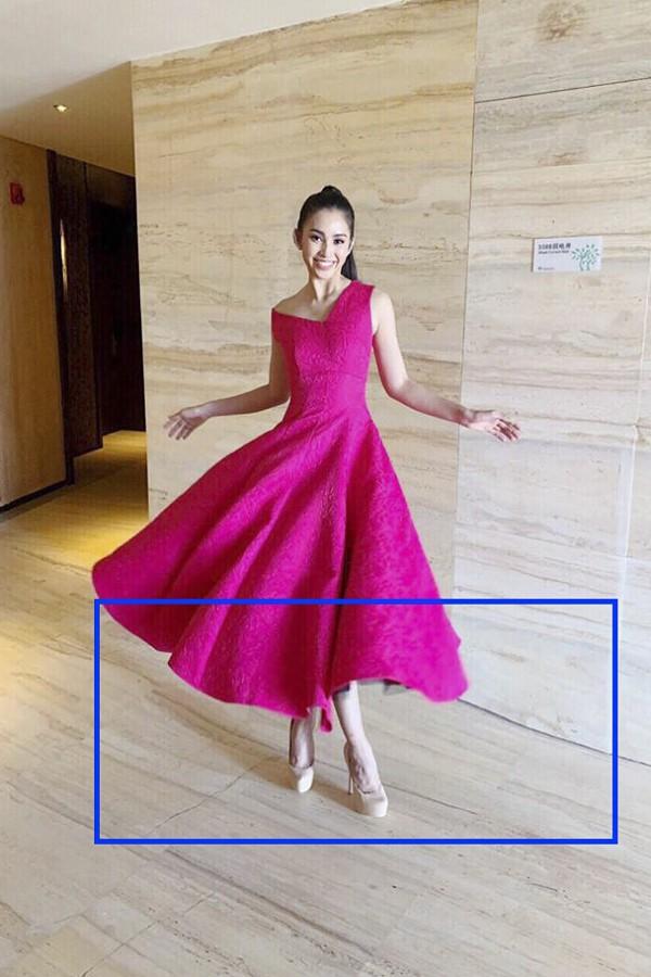 Trần Tiểu Vy bị photoshop méo cả sàn nhà.