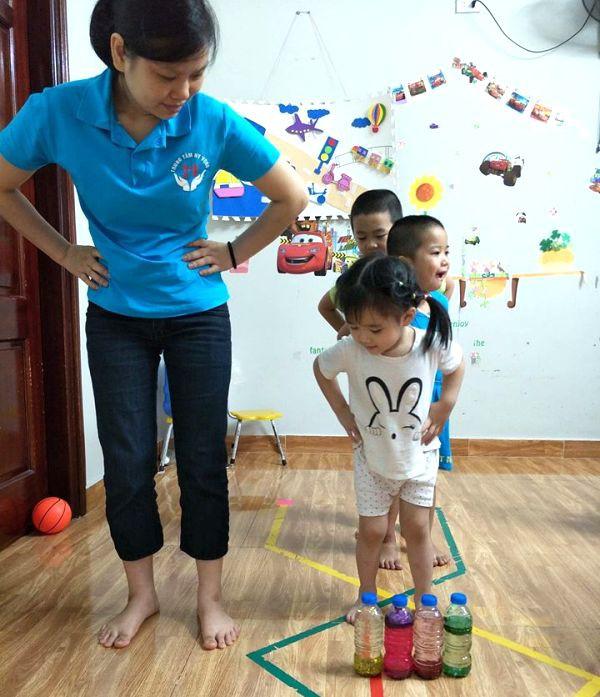 Dựa trên các hội chứng mà từng trẻ mắc phải, trung tâm đưa ra cách can thiệp khác nhau. Ảnh: N.T