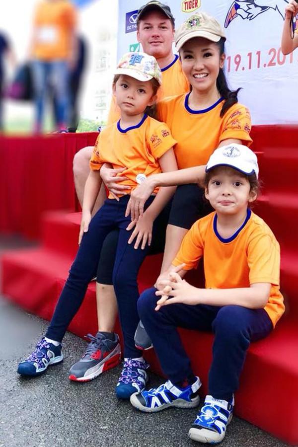 Trước khi ly hôn, Hồng Nhung và chồng Tây cùng các con có cuộc sống hạnh phúc bên nhau.