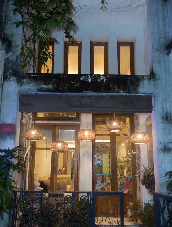 Tháng 10 vừa qua, Phan Như Thảo chia sẻ hình ảnh hai căn nhà mà chồng mua tặng cô, vừa để ở vừa để kinh doanh. Người đẹp tiết lộ lý do mua hai căn nhà đối diện nhau vì... ngại đi lại.