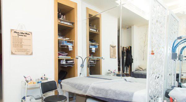 Trong nhà, vợ chồng cựu người mẫu lựa chọn gam trắng chủ đạo, kết hợp giấy dán tường họa tiết gạch bông.