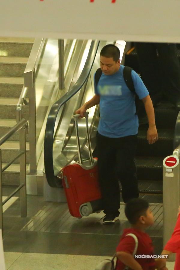 Chiều 22/11, gia đình Kim Hiền đáp chuyến bay về TP HCM để thăm người thân. Tuy nhiên khi làm thủ tục nhập cảnh, nữ diễn viên gặp trục trặc về giấy tờ. Ông xã Andy đành ra trước để lấy hành lý.