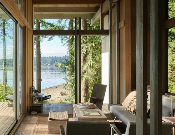 Phòng khách có khung cảnh tuyệt đẹp với cửa sổ lớn, kết hợp không gian nội thất và ngoại thất một cách đồng nhất