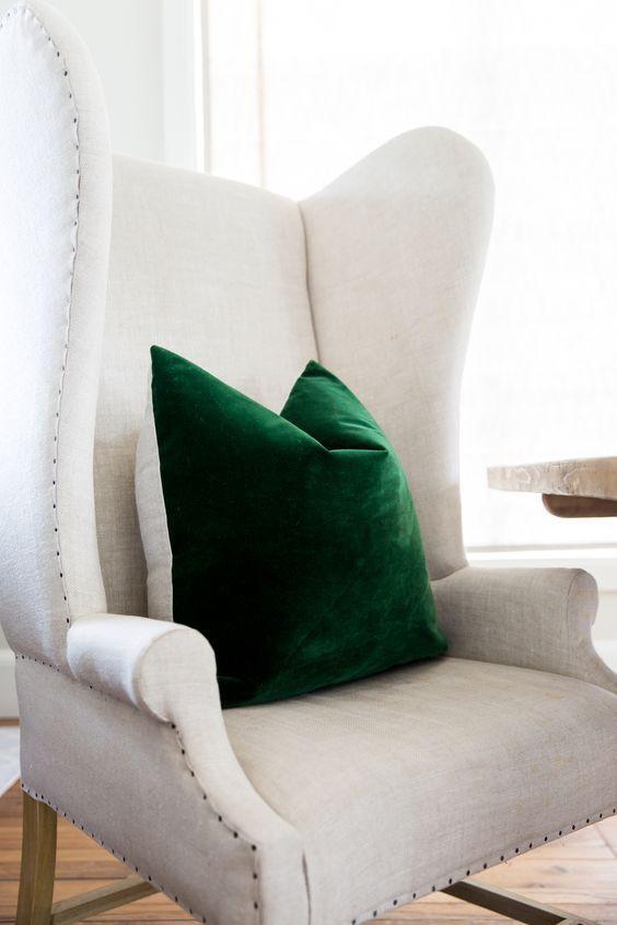 Ghế màu trung tính bài trí gối màu ngọc lục bảo siêu đậm.