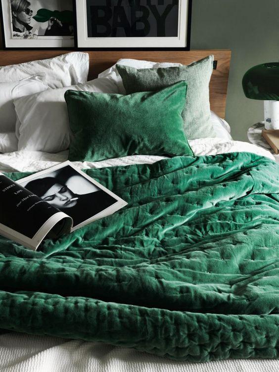 Bộ đồ giường nhung ngọc lục bảo là một ý tưởng tuyệt vời để tạo thêm màu sắc cho phòng ngủ của bạn.