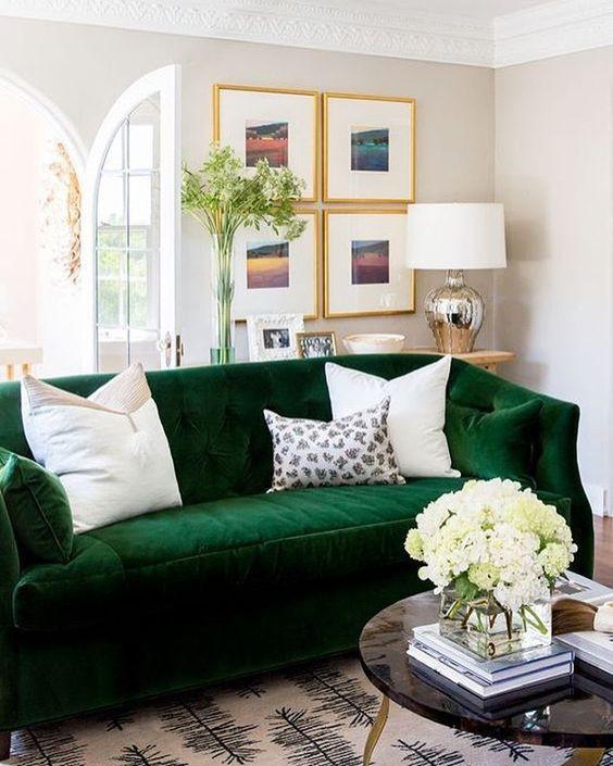 Ghế sofa nhung ấm cúng và ấm cúng được làm mới với gối trắng.
