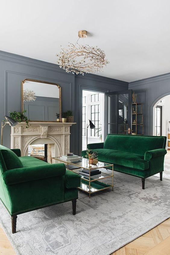 Hai chiếc ghế sofa màu ngọc lục bảo tươi sáng được đặt đối diện nhau tạo khu vực trò chuyện ấn tượng.
