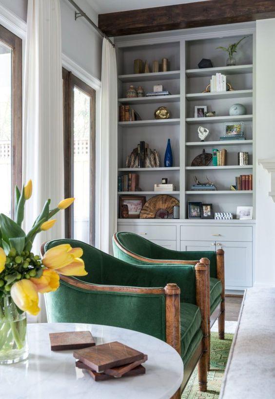 Ghế ngọc lục bảo sáng sủa với nền gỗ là một ý tưởng mùa thu tuyệt đẹp.
