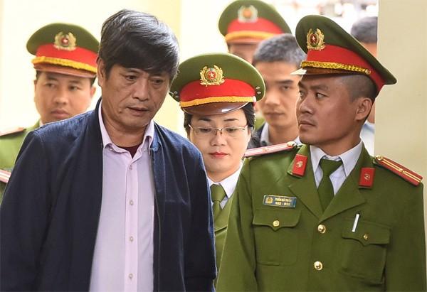Ông Nguyễn Thanh Hóa được dẫn giải đến Tòa chiều nay. Ảnh: VnExpress