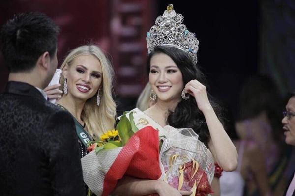 Nguyễn Phương Khánh chụp bên mẹ và anh trai ruột sau khi đăng quang Hoa hậu Trái đất 2018.