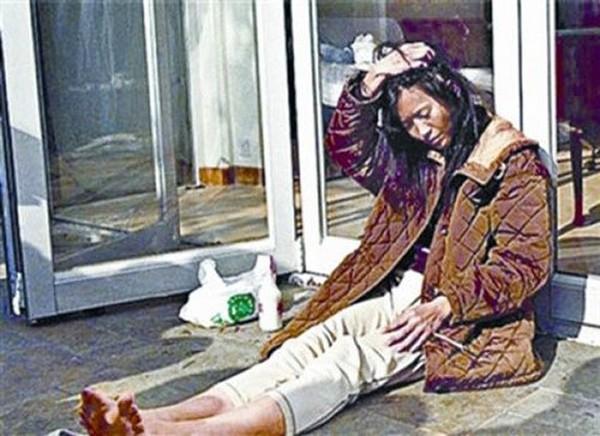 Lam Khiết Anh nghiện rượu, nghiện cờ bạc và nghiện cả thuốc lá.