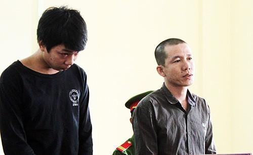 Hai bị cáo Hiếu (bên trái) và Thắng tại phiên toà. Ảnh: Hưng Lợi.