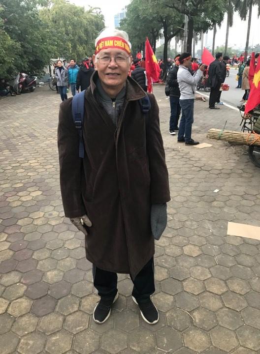 Bác Khải (75 tuổi, trú tại quận Hai Bà Trưng, Hà Nội) dự đoán Đội tuyển Việt Nam sẽ dành chiến thắng 3-0 để nâng cao cúp vô địch. Ảnh: N.Đạt