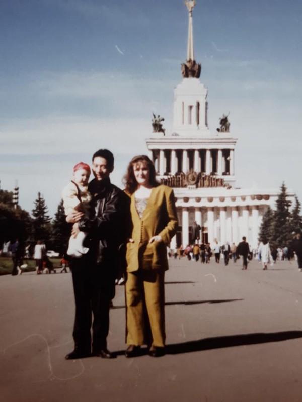 Đặng Văn Lâm chụp ảnh cùng bố mẹ lúc còn nhỏ.