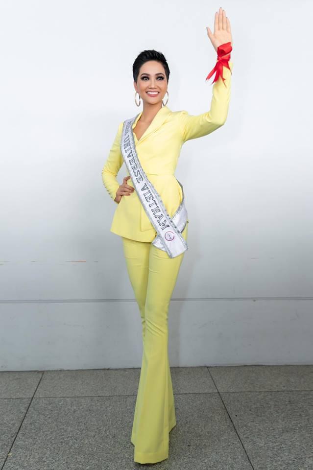 Người đẹp tự tin vẫy chào khán giả tại sân bay và hứa sẽ cố gắng làm hết sức mình.
