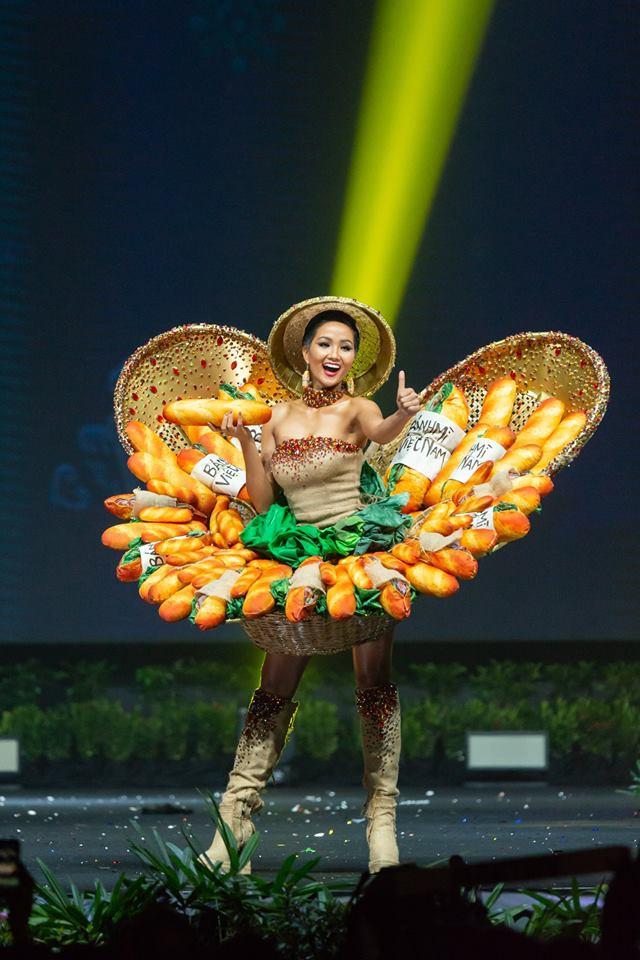 Tại Miss Universe 2018, Hhen Niê diện trang phục dân tộc bánh mỳ gây nhiều tranh cãi. Tuy nhiên, đây được xem là trang phục ấn tượng nhất từ trước đến nay của Việt Nam.