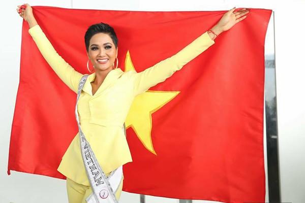 Trước khi đi thi, Hhen Niê dùng toàn bộ các vali có màu cờ đỏ sao vàng để thể hiện lòng quyết tâm và tình yêu dân tộc.