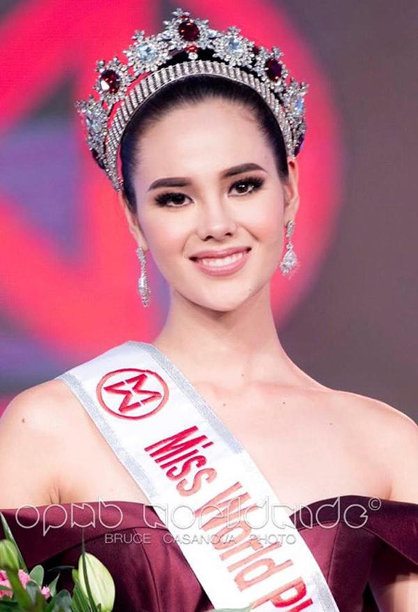 Trước khi giành vương miện Miss Universe 2018, người đẹp lai này còn đăng quang Hoa hậu Thế giới Philiipines.