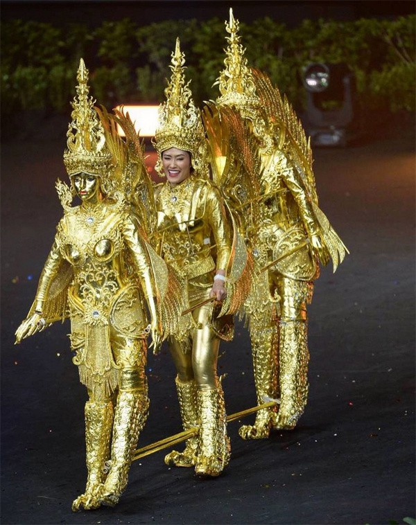 Phần thi trang phục dân tộc của Lào.