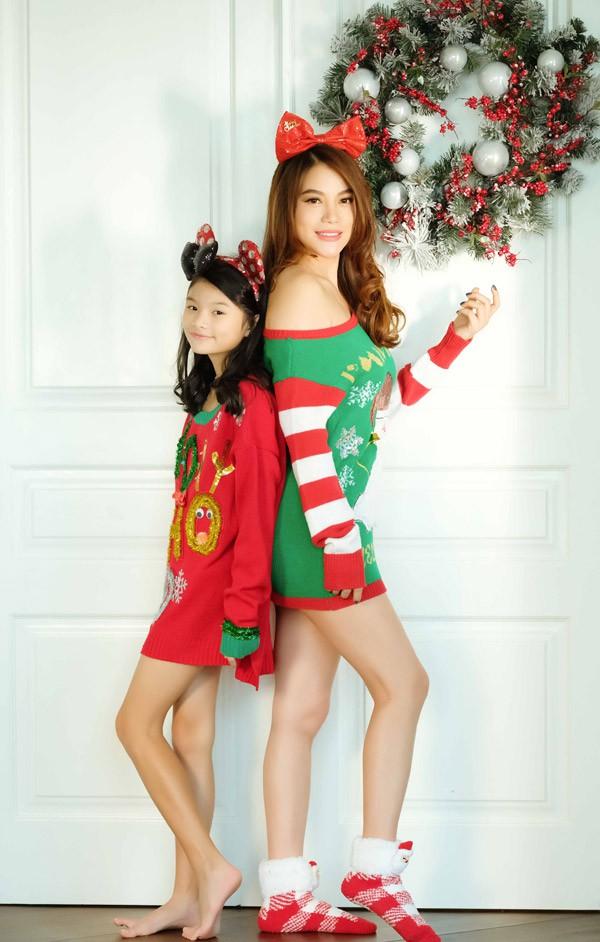 Nhân dịp Giáng sinh sắp đến, Trương Ngọc Ánh và con gái Bảo Tiên cùng nhau thực hiện bộ ảnh kỷ niệm tại nhà riêng. Cả hai đều mặc trang phục sặc sỡ mùa Noel.