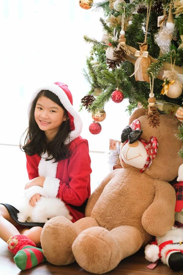 Gương mặt Bảo Tiên thừa hưởng nhiều nét của bố - diễn viên Trần Bảo Sơn. Càng lớn cô bé càng nữ tính, điệu đà.
