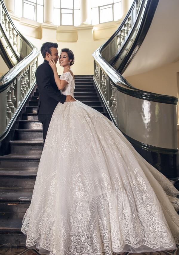 Á quân Gương mặt thân quen 2016 lộng lẫy khi diện váy cưới tùng xòe rộng cổ điển, tạo dáng e ấp bên chồng sắp cưới.