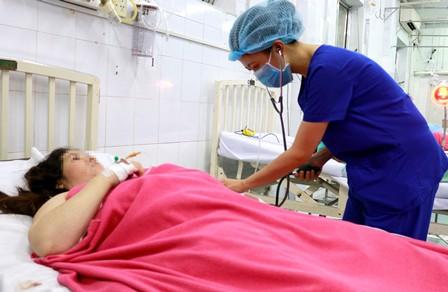 Nhân viên y tế của bệnh viện đang chăm sóc sản phụ