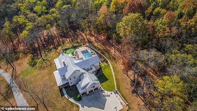 Cặp đôi 9X mua căn hộ này từ tháng 8/2017 sau khi tái hợp được hai năm. Bao quanh căn nhà là khu đất rộng 7.000 m2 với nhiều cây cối xanh tươi. Cơ ngơi mới của Cyrus và Hemsworth nằm tách biệt khỏi thành phố ồn ào.