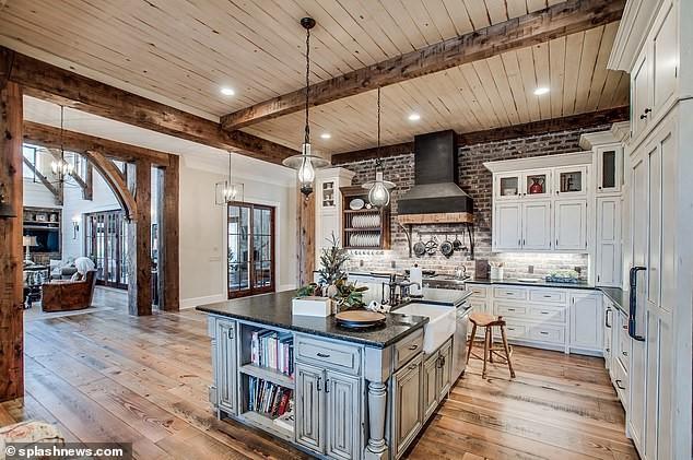 Mặc dù được thiết kế theo phong cách đồng quê nhưng khu vực nhà bếp vẫn khá sang trọng với nội thất có gam màu trắng và nâu. Cyrus tiết lộ bạn trai là người nấu ăn ngon và thường xuyên vào bếp thể hiện tài năng ẩm thực.