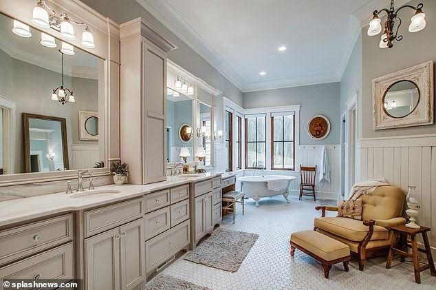 Không gian phòng tắm rộng rãi và rất tiện nghi của gia đình Cyrus - Hemsworth.