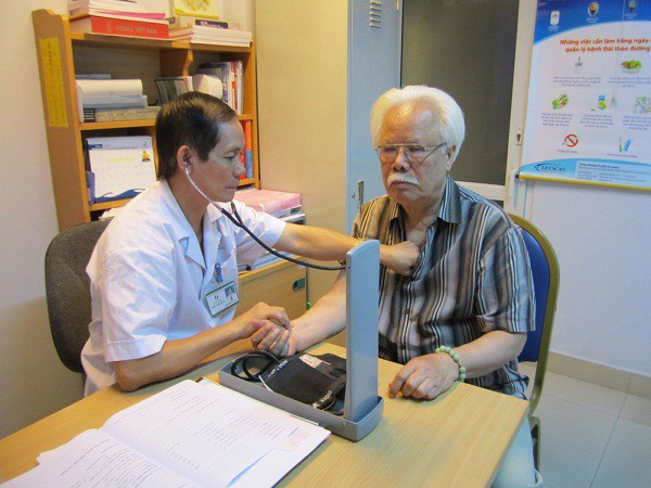Người cao tuổi nên kiểm tra sức khỏe định kỳ để điều trị tốt các bệnh lý mạn tính. Ảnh: SKĐS