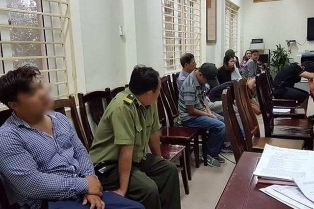 Các đối tượng phe vé bị bắt giữ chiều ngày 5/12.