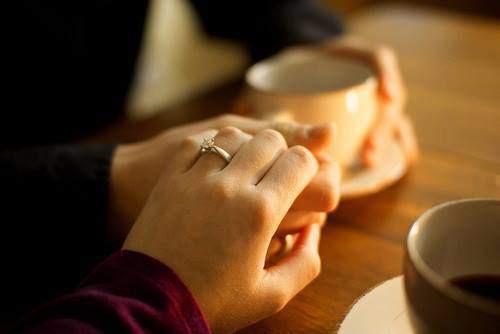 """Kết hôn không có nghĩa là chuyện hẹn hò dừng lại. Ngay cả khi là vợ chồng, hai bạn vẫn cần phải """"tán tỉnh"""" nhau. (Ảnh minh họa)"""