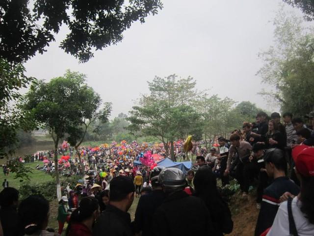 Cứ đến mùng 6 âm lịch hàng năm, người người ở khắp nơi đổ về chợ Chuộng ở Đông Hoàng để ném nhau cầu may mắn. Ảnh: Nguyễn Thùy