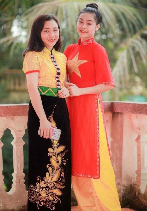 Thu Huệ trong bộ trang phục truyền thống chụp ảnh cùng bạn