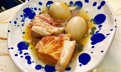 Luôn chú ý đến mực nước trong nồi thịt kho để thịt và trứng không bị khô đen.