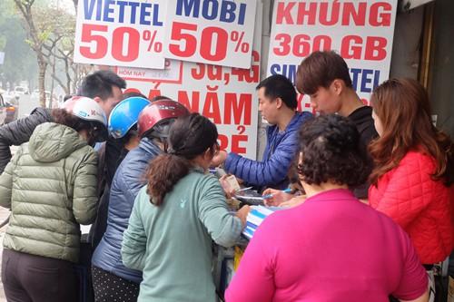 Rất đông người đổ xô đi mua thẻ điện thoại...    Ảnh:Kiến thức