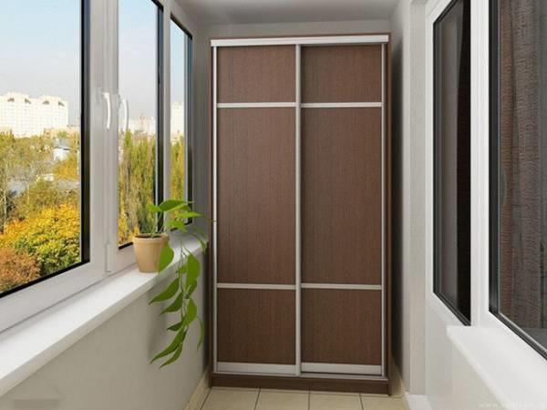 Đặt tủ gỗ ở ban công khiến bụi bẩn, mưa hay ánh sáng mặt trời chiếu thẳng vào dễ gây hỏng tủ.