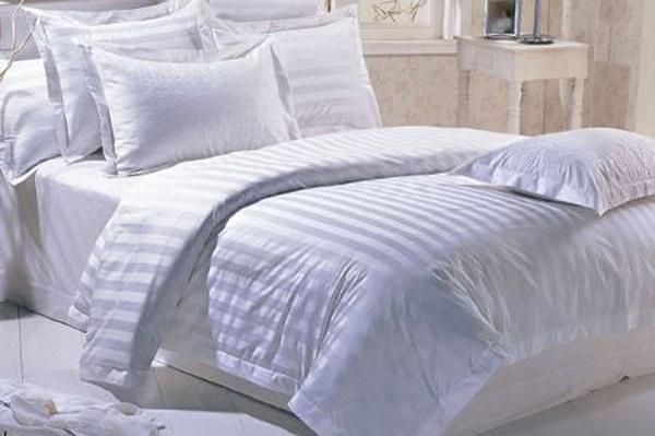 Một lớp ga trải giường có lẽ là đủ để bạn có một giấc ngủ ngon trên chiếc giường êm ái rồi.