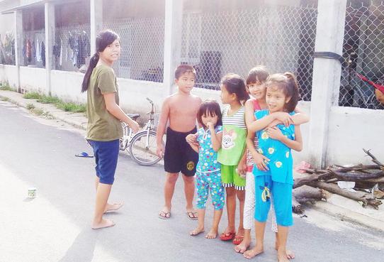 Đang trong giờ học nhưng nhiều trẻ em thôn Phước Long vẫn lang thang chơi đùa.