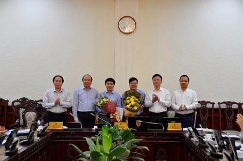 Bộ trưởng Lê Thành Long đã tặng hoa chúc mừng đồng chí mới được bổ nhiệm và giao phụ trách công việc mới.