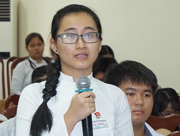 Nữ sinh Phan Song Toàn (học sinh Trưởng THPT Long Thới, Nhà Bè) đã rơi nước mắt khi nói về cô giáo dạy Toán không giảng bài chỉ viết toàn bộ bài giảng lên bảng. Ảnh: Minh Nhật