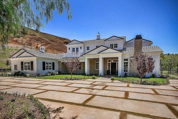 Căn phòng khách sang chảnh nằm trong căn hộ gần 300 nghìn tỷ đồng của Kyie gần ngọn đồi Hidden Hills.