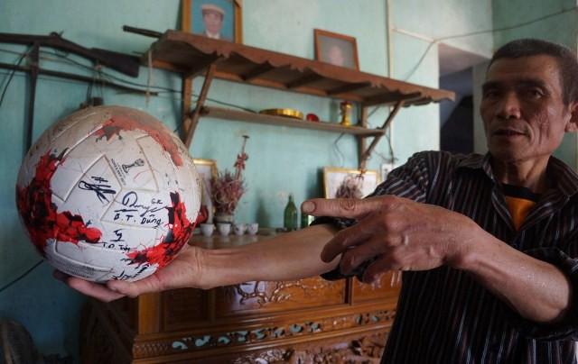 Ông Bùi Văn Khánh - bố của thủ môn Bùi Tiến Dũng - khoe quả bóng có chữ ký của con ông cùng đồng đội sau giải U20 World Cup