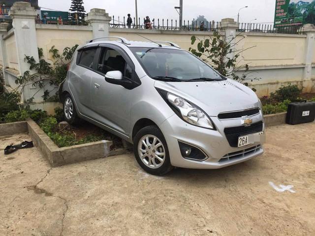 Chiếc ô tô cô giáo Nguyễn Thị Hương lùi bất cẩn trong sân trường khiến em Sồng A Ninh tử vong (Ảnh: Phạm Hương).